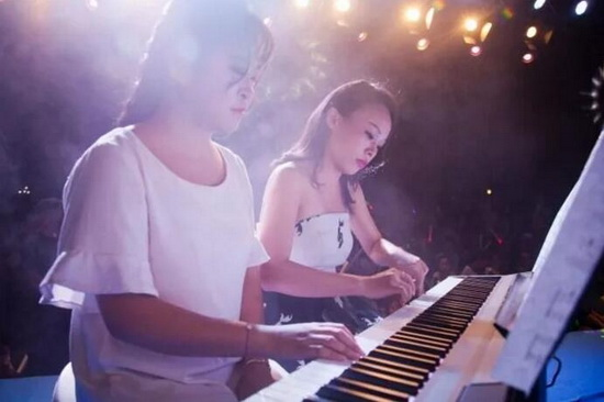 演艺人四手联弹钢琴曲